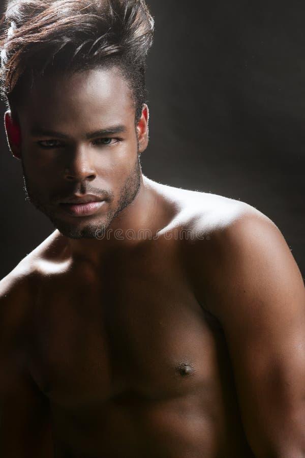 Retrato preto bonito do homem novo de americano africano imagem de stock royalty free