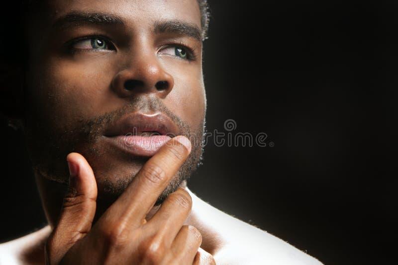 Retrato preto bonito do homem novo de americano africano foto de stock