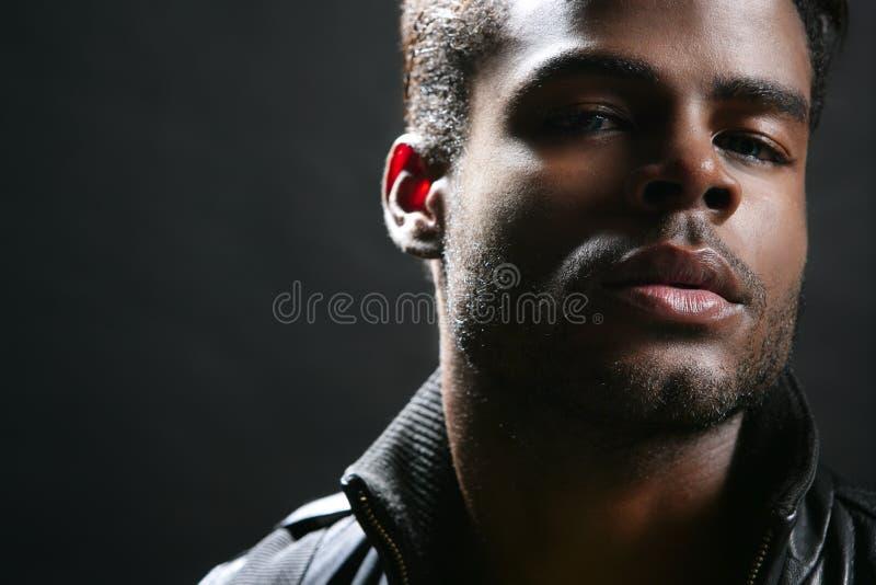 Retrato preto bonito do homem novo de americano africano imagem de stock