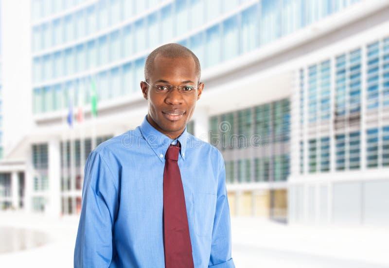 Retrato preto de sorriso do homem de negócio imagem de stock