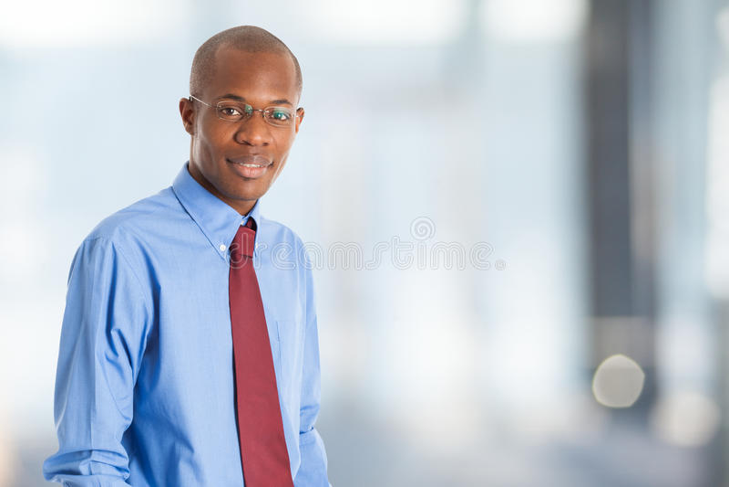 Retrato preto de sorriso do homem de negócio fotografia de stock