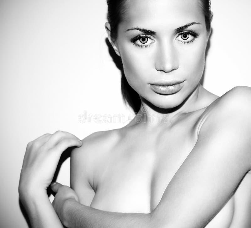 Retrato preto e branco da fêmea do glamor fotografia de stock