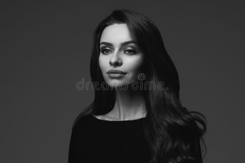 Retrato preto e branco da jovem mulher imagens de stock