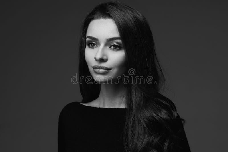 Retrato preto e branco da jovem mulher fotos de stock royalty free