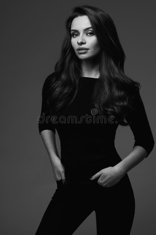Retrato preto e branco da jovem mulher foto de stock royalty free