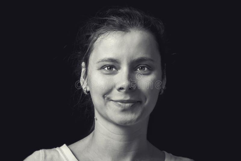 Retrato preto e branco da jovem mulher no fundo preto Rosto humano natural com emoção realística Menina do retrato em retro imagens de stock royalty free