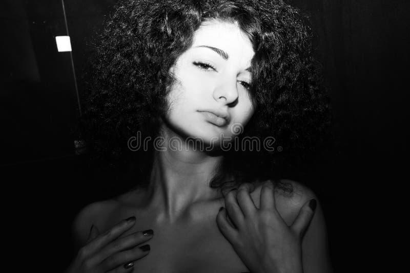 Retrato preto e branco da menina encaracolado apaixonado fotos de stock