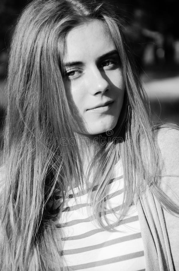 Retrato preto e branco da moça bonita fotos de stock
