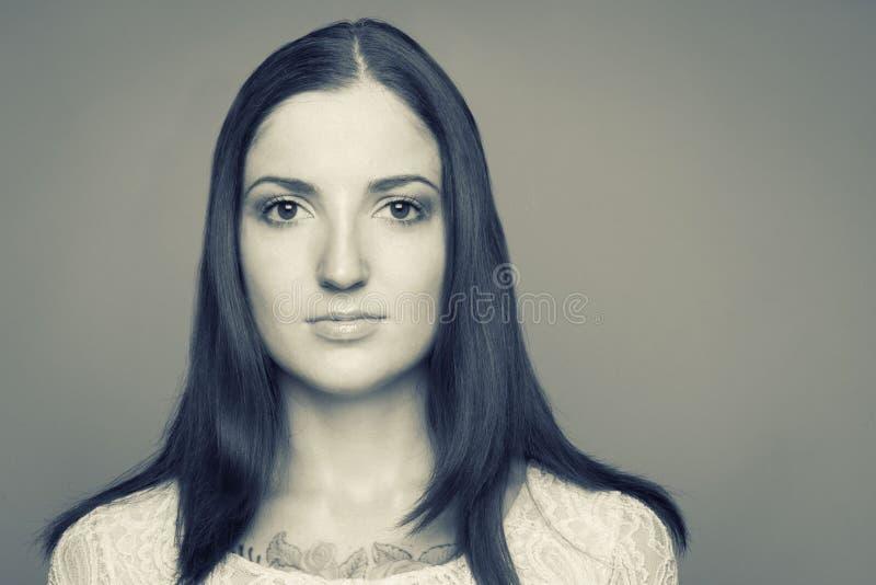 Retrato preto e branco da morena caucasiano fotografia de stock