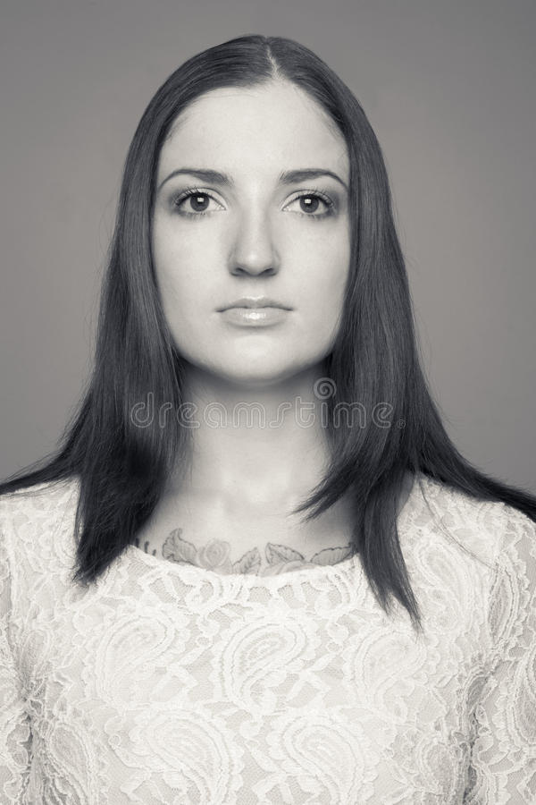 Retrato preto e branco da morena do caucasian do yuong foto de stock