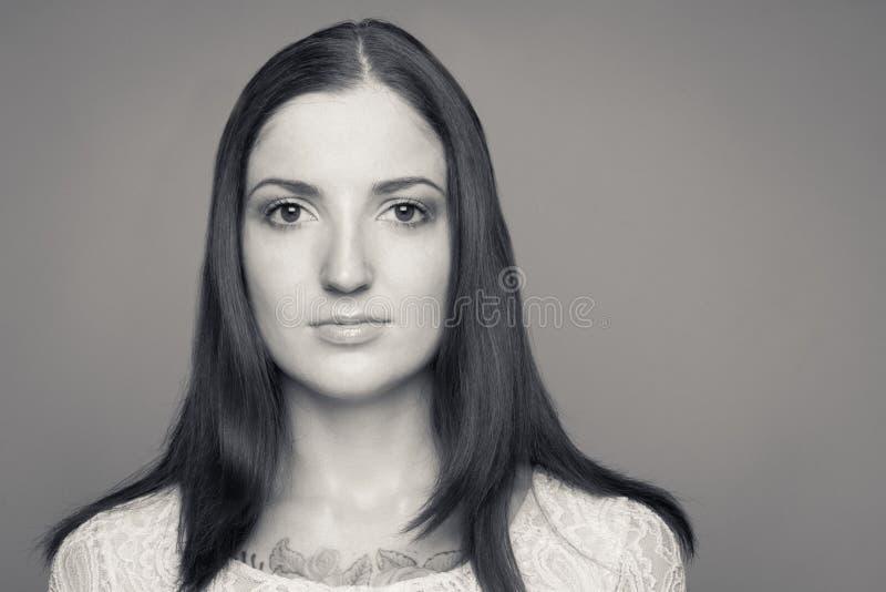 Retrato preto e branco da morena do caucasian do yuong imagem de stock royalty free