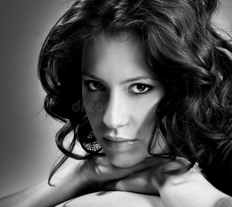 Retrato preto e branco da mulher bonita nova fotos de stock