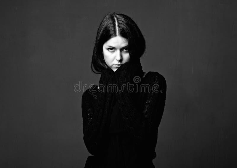 Retrato preto e branco da mulher do glamor fotografia de stock royalty free