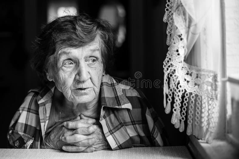 Retrato preto e branco da mulher idosa pensioner foto de stock