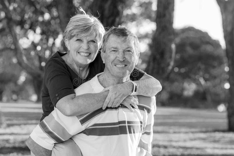 Retrato preto e branco de bonito superior e feliz americanos imagens de stock royalty free