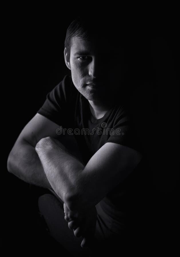 Retrato preto e branco de um homem novo imagens de stock
