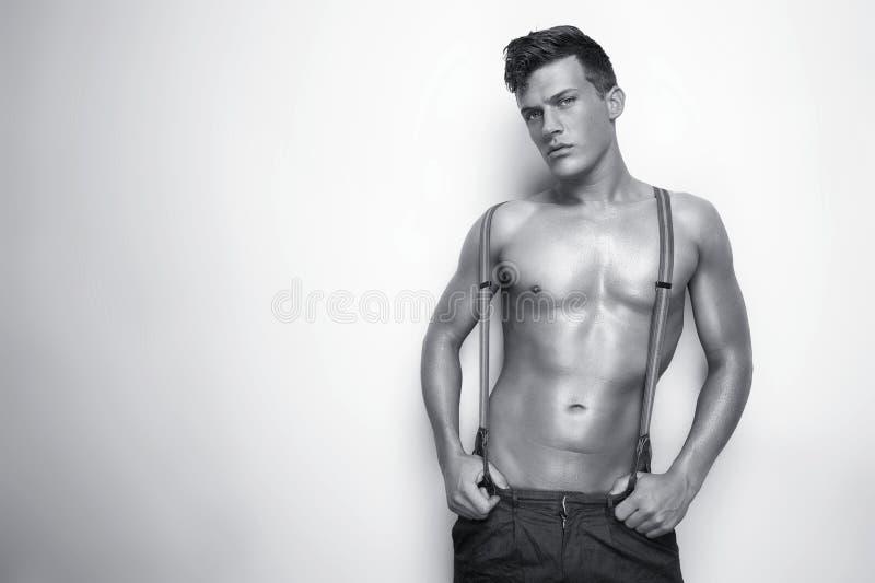 Retrato preto e branco de um homem 'sexy' descamisado foto de stock royalty free