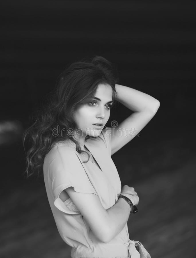Retrato preto e branco de uma menina só bonita imagens de stock royalty free