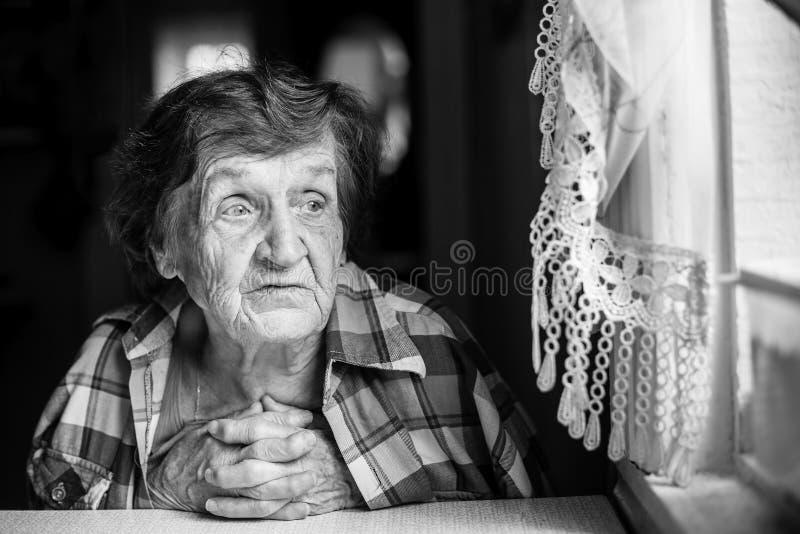 Retrato preto e branco do close-up de uma mulher idosa matriz fotografia de stock