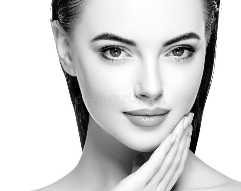 Retrato preto e branco do retrato dos cuidados com a pele da beleza da mulher imagens de stock
