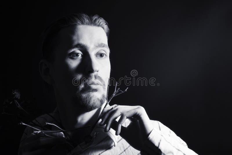Retrato preto e branco do indivíduo na moda novo fotos de stock royalty free