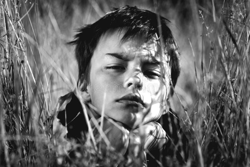 Retrato preto e branco do menino fotografia de stock