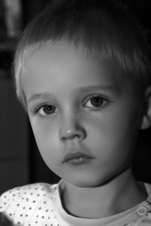 Retrato preto e branco do menino fotos de stock