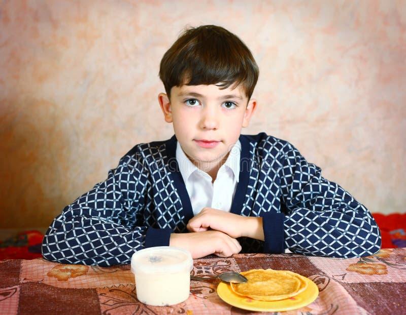 Retrato preto e branco próximo expressivo do menino considerável do preteen foto de stock royalty free