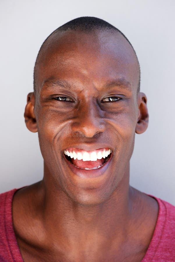 Retrato principal de la risa hermosa del hombre negro foto de archivo