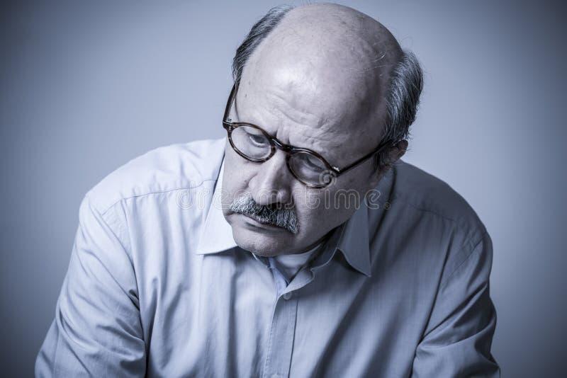 Retrato principal do ancião maduro superior em seu 60s que olha triste fotos de stock royalty free