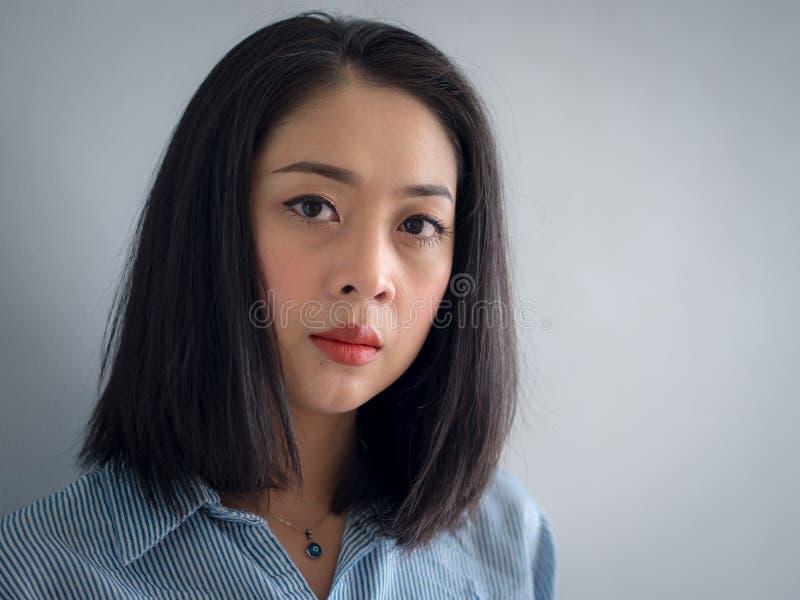 Retrato principal do tiro da mulher asiática com olhos grandes fotos de stock