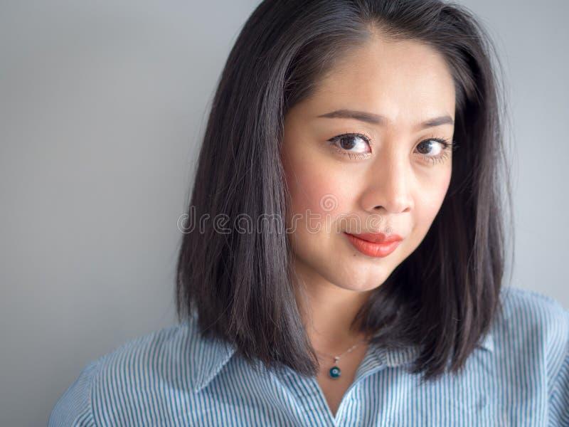 Retrato principal do tiro da mulher com olhos grandes fotos de stock royalty free