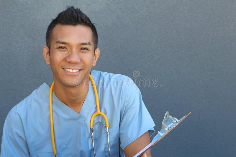 Retrato principal do tiro do close up do profissional seguro dos cuidados médicos com espaço da cópia à direita fotografia de stock royalty free
