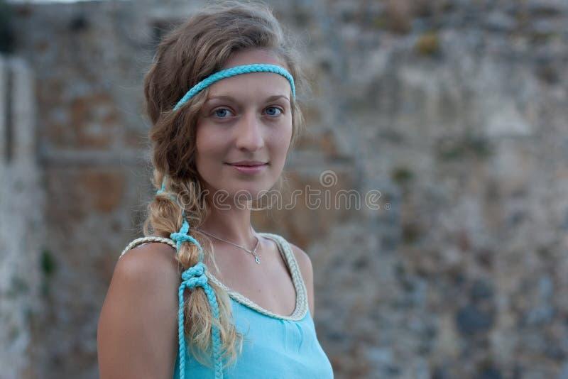 Retrato principal e do ombro da mulher loura nova com olhos azuis imagem de stock royalty free