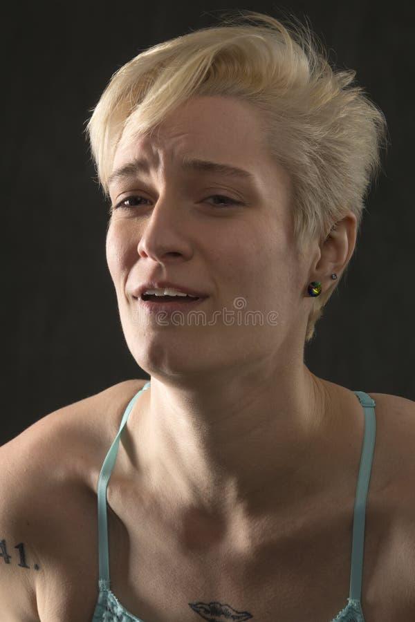 Retrato principal e dos ombros da jovem mulher na grande dor imagem de stock