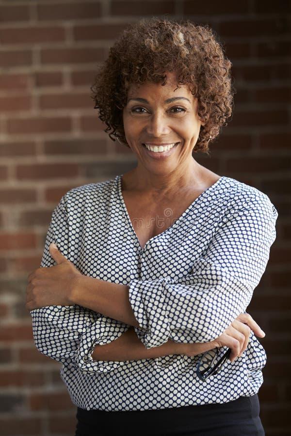 Retrato principal e dos ombros da mulher de negócios madura fotos de stock royalty free