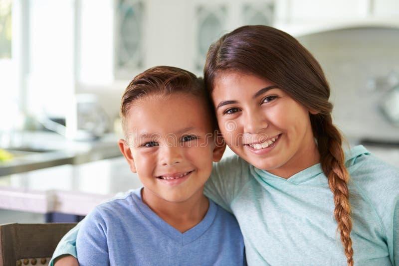 Retrato principal e dos ombros de crianças latino-americanos em casa imagens de stock royalty free
