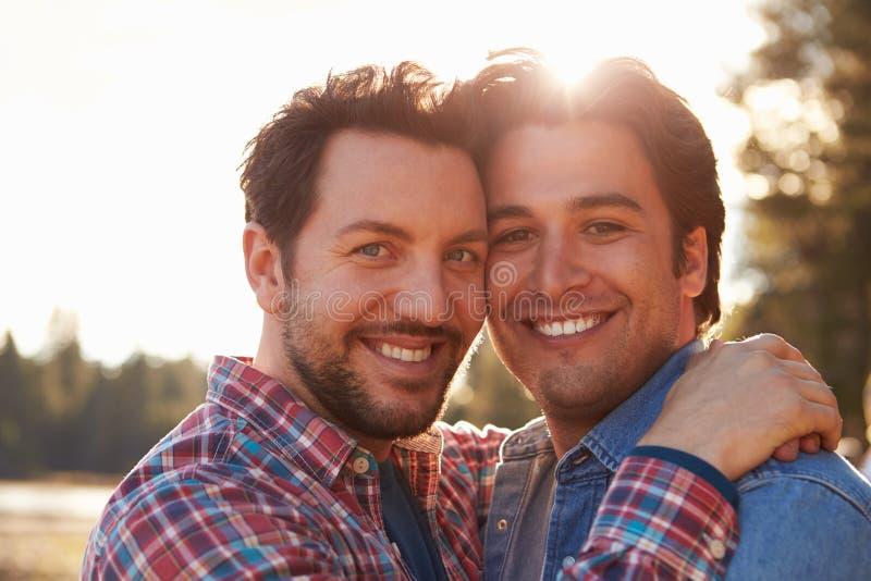Retrato principal e dos ombros de pares alegres masculinos românticos imagens de stock royalty free
