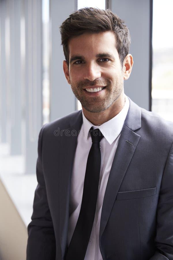 Retrato principal e dos ombros do homem de negócios novo In Office fotografia de stock