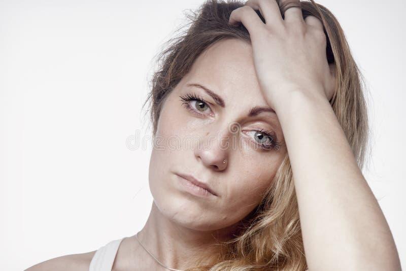 Retrato psicológico da mulher triste e deprimida Dor, medo e desespero, linguagem corporal, conceito do gesto fotografia de stock royalty free