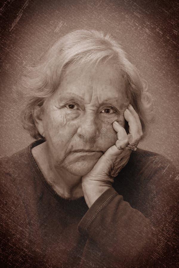 Retrato que se enfurruña de la mujer mayor dramática imágenes de archivo libres de regalías