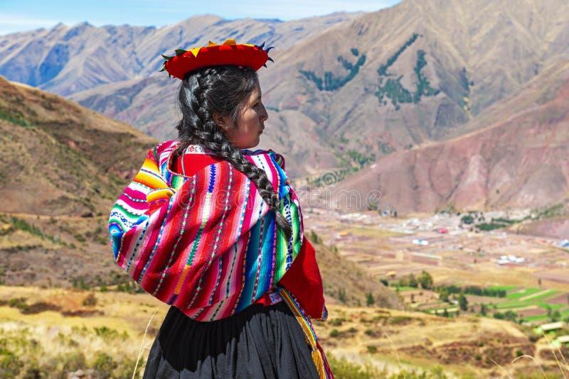 Retrato quechua peruano indígena de la muchacha, Cusco, Perú foto de archivo