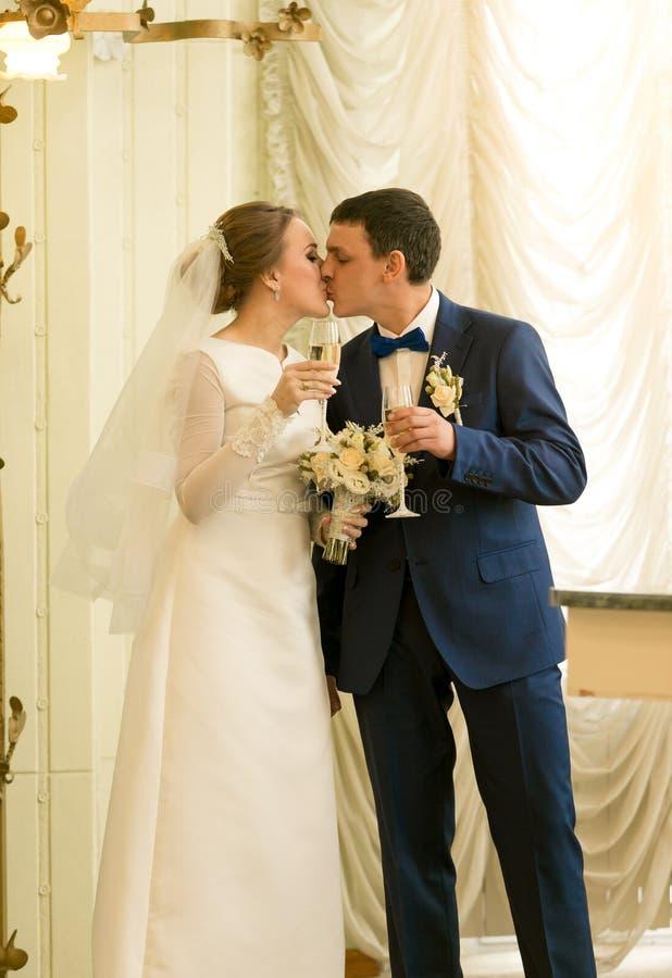Retrato recentemente do casal bonito que beija em luxuoso imagens de stock royalty free
