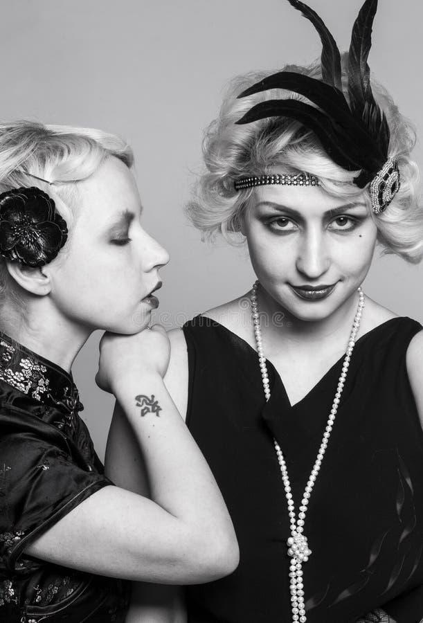 Retrato retro blanco y negro de dos muchacha-blondes imagenes de archivo