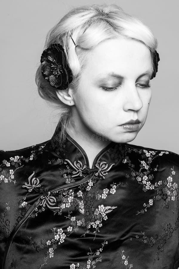 Retrato retro blanco y negro de una muchacha en un vestido chino foto de archivo libre de regalías