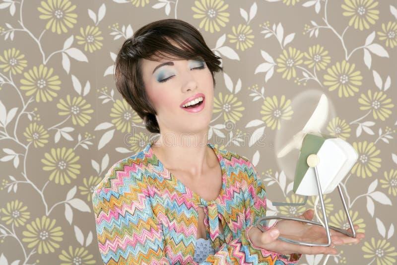 Retrato retro de la mujer de la vendimia del ventilador 60s del aire imagenes de archivo