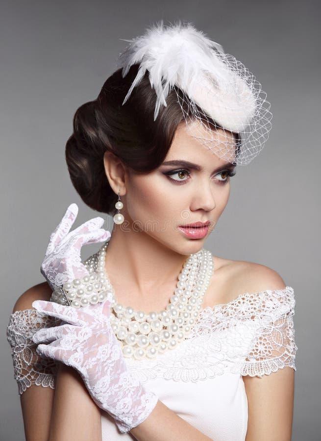 Retrato retro de la mujer elegante de la moda Peinado de la boda Brunett fotos de archivo