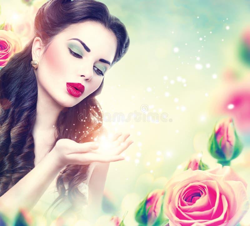 Retrato retro de la mujer en jardín de rosas rosado imágenes de archivo libres de regalías