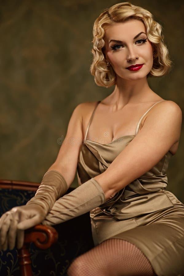 Retrato retro de la mujer encantadora. imagenes de archivo