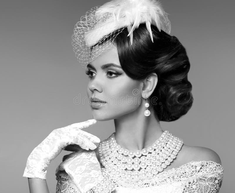 Retrato retro de la mujer Señora elegante con el peinado, jewelr de las perlas foto de archivo libre de regalías